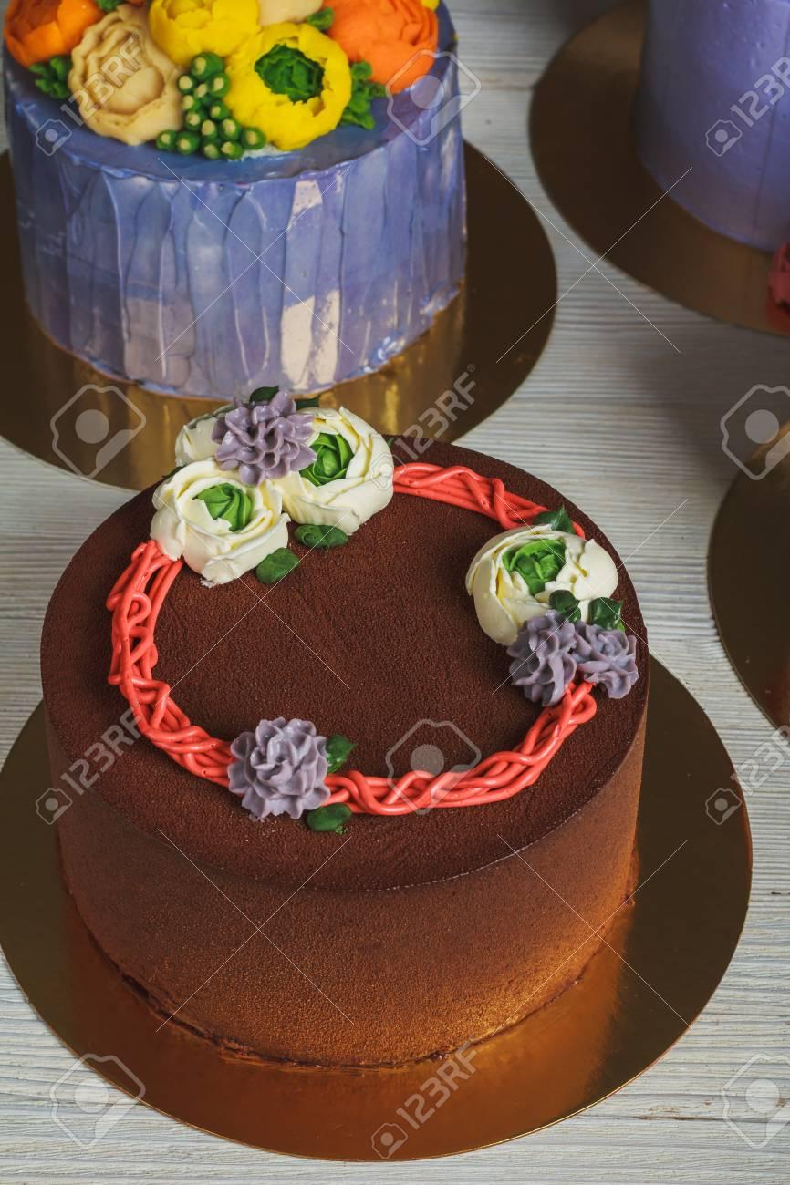 Gâteau Au Chocolat Avec Une Décoration à La Crème Banque Dimages Et