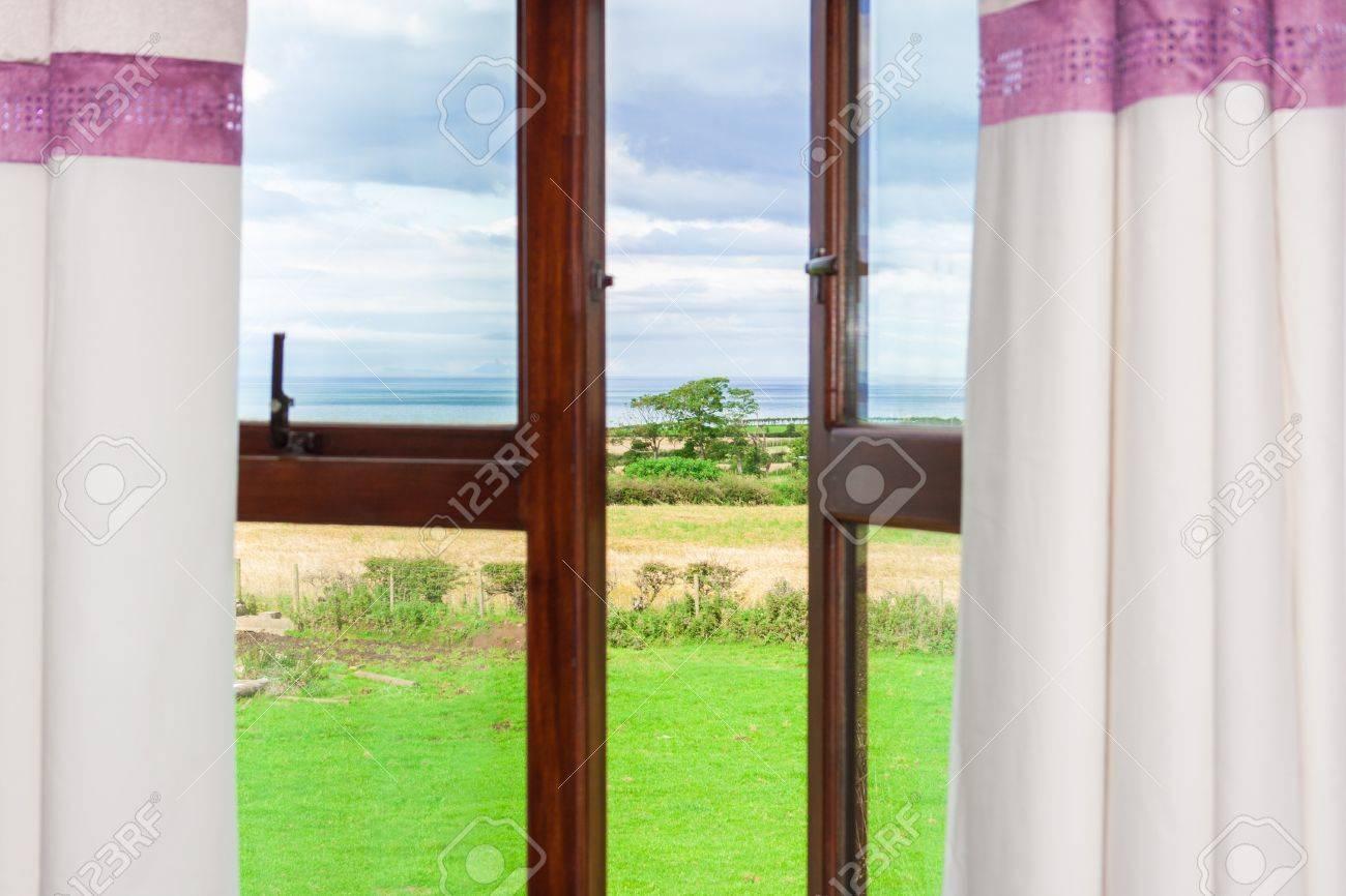 Offenes fenster von außen  Blick Auf Einen Einzigen Baum Durch Ein Offenes Fenster Mit ...