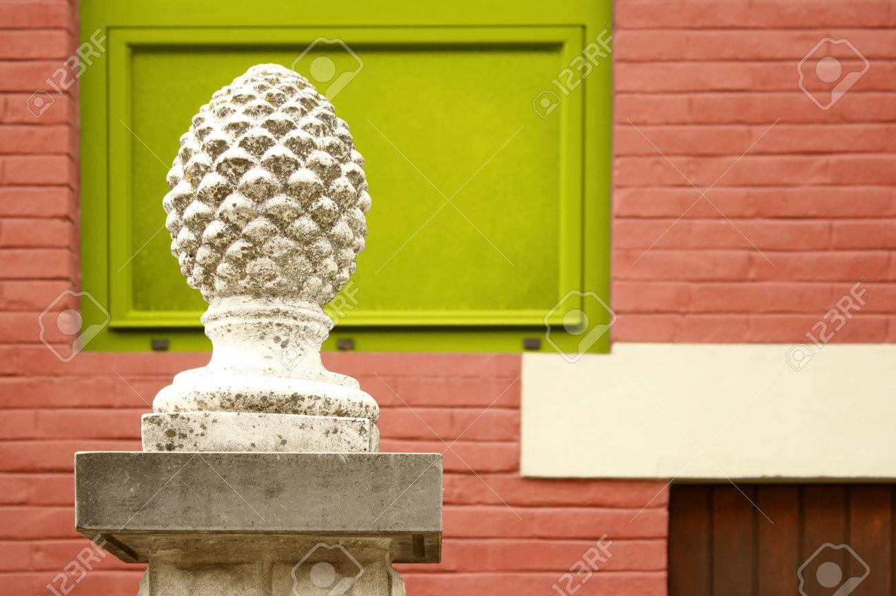 Wonderful Ausschnitt Aus Einem Tannenzapfen Dekorative Skulptur Mit Ziegelmauer  Grünen Fenster Und Ein Teil Einer Holztür Auf