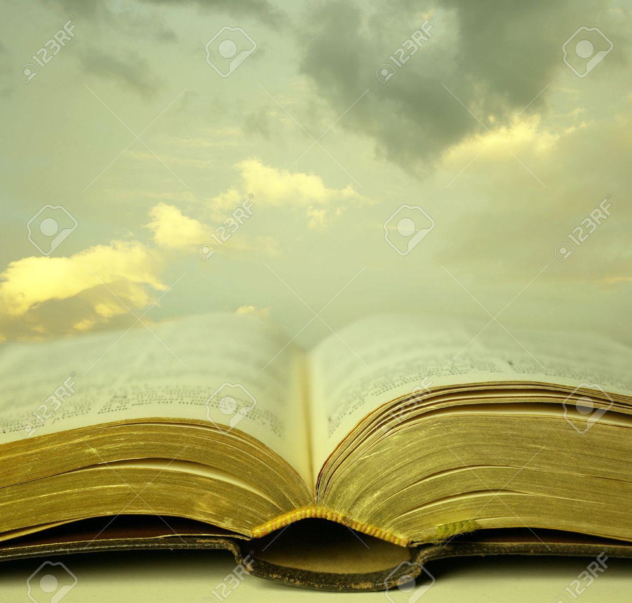 Detalle De Un Viejo Santa Biblia Abierta Con Un Cielo Hermoso Y