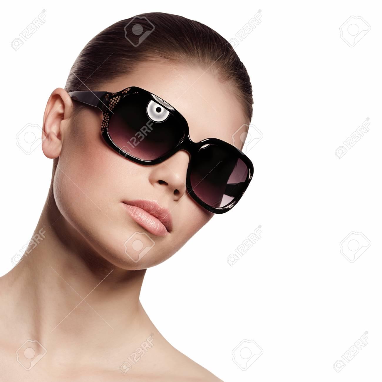 d68b577e87edcb Modieuze vrouw in zonnebril geïsoleerd op witte achtergrond Stockfoto -  22300604