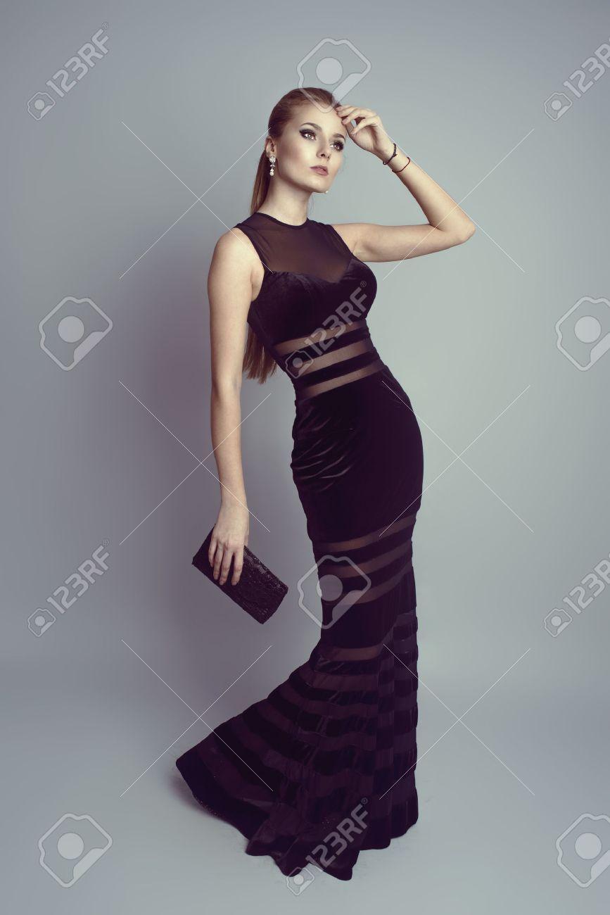 acheter réel pas cher technologies sophistiquées Blonde élégante dans le luxe robe noire détenant un sac à main Jeune modèle  jolie femme de race blanche portant des vêtements de soirée élégantes, ...