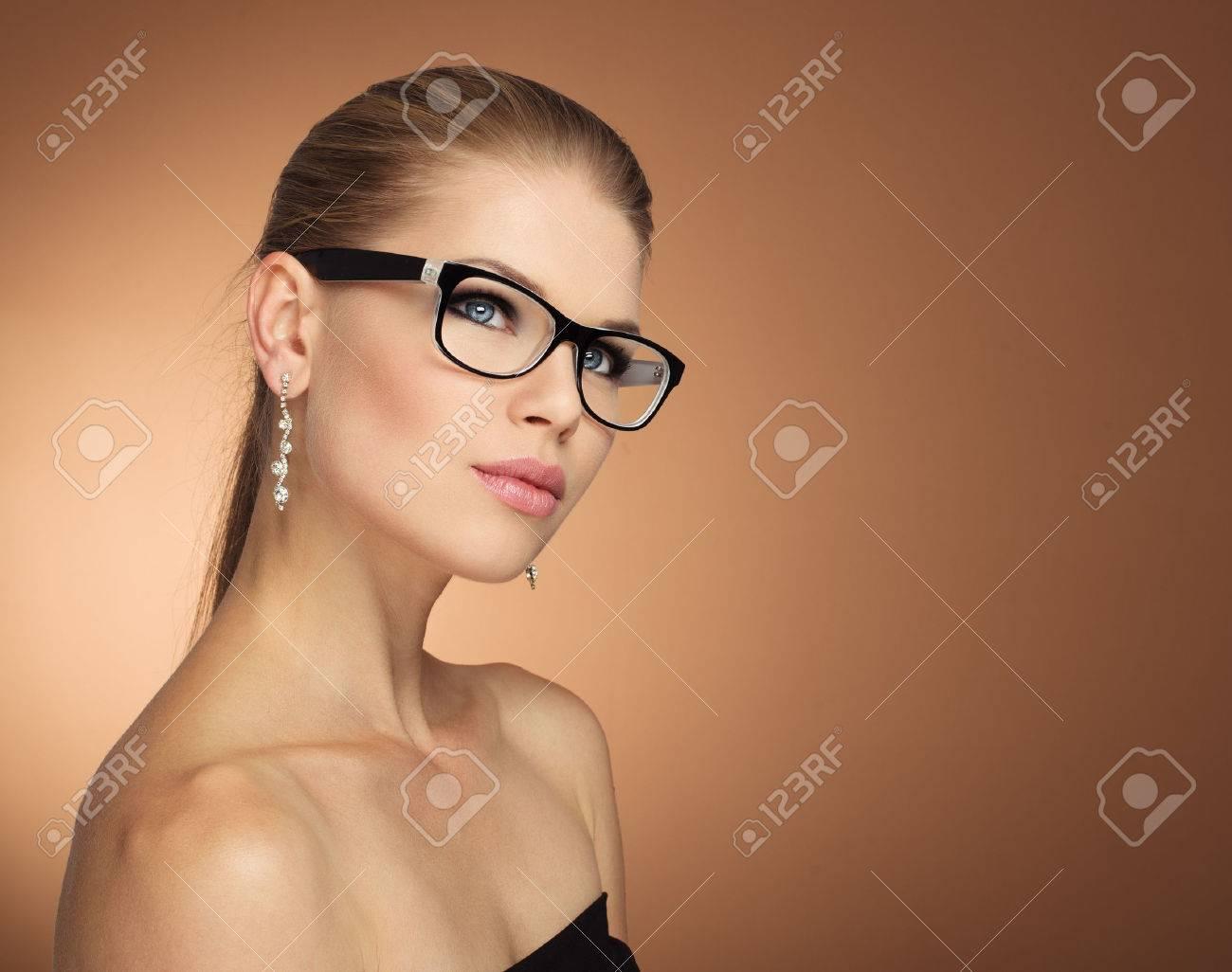 Retrato De La Moda Joven Mujer De Glamour En Gafas De óptica Con ...