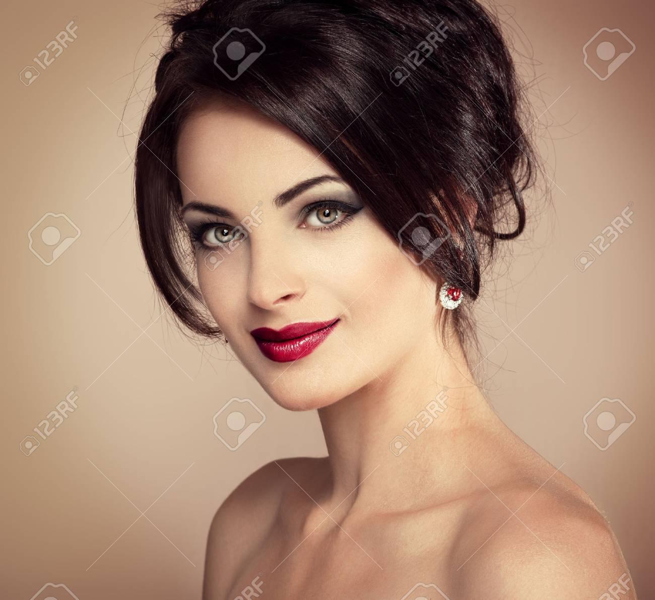 Close-up Portrait De La Belle Femme Avec La Coiffure De Soirée Et ...
