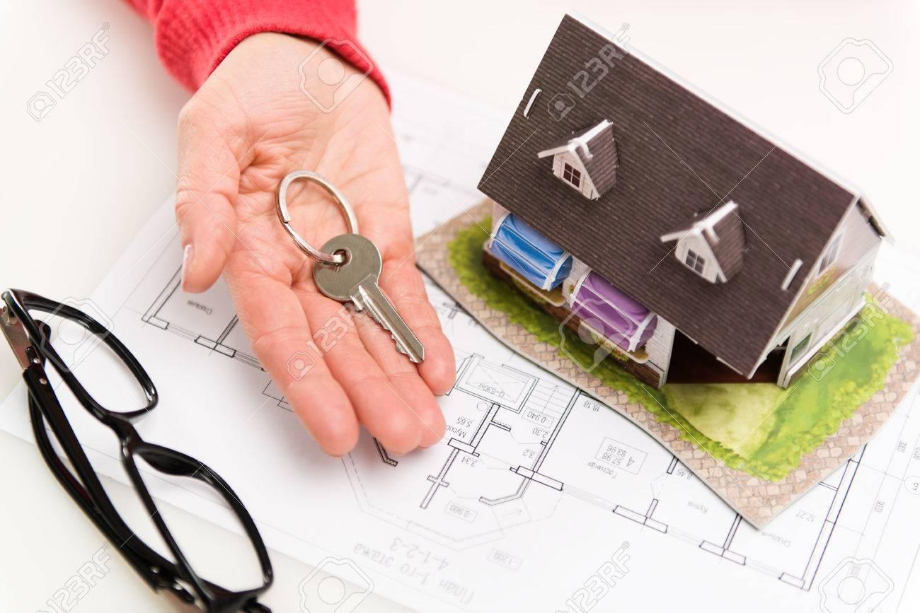 Nahaufnahme Der Frau Hand Mit Wohnhaus Schlüssel Zum Client Konzept