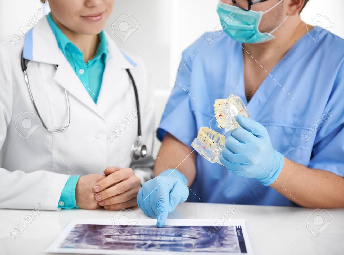 Los Médicos Reunidos En El Laboratorio. Dos Especialistas Dentales ...