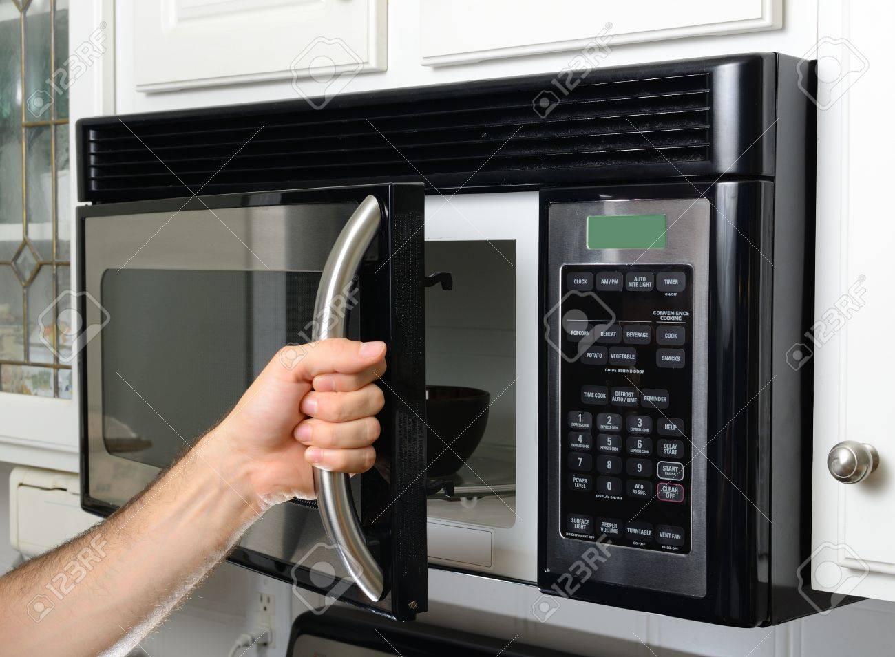 Attirant Opeing A Microwave Door Stock Photo   14397617