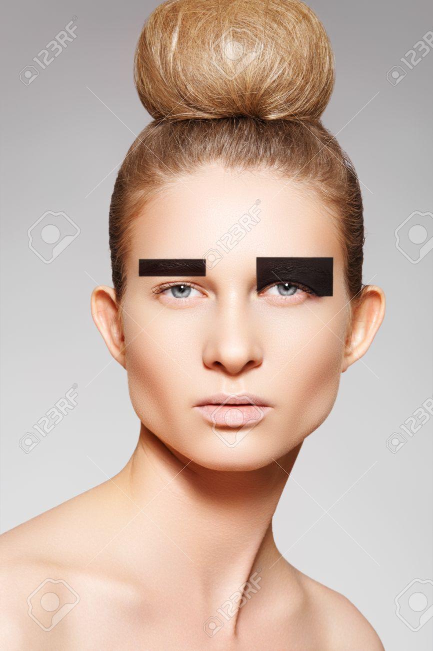 Modèle De Mode Femme Avec Créativité Maquillage, Coiffure Chignon ...