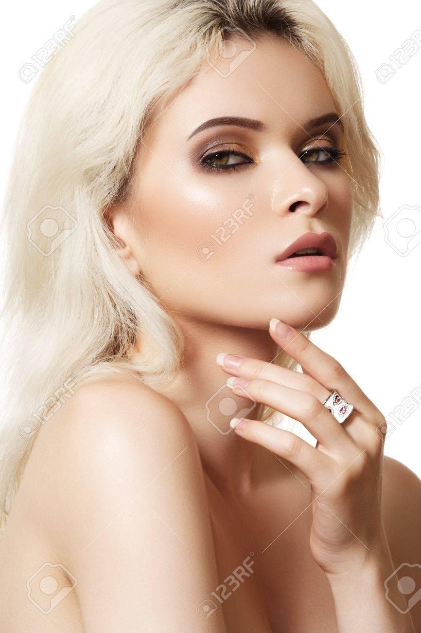 Banque d\u0027images , Beau modèle de femme blonde avec des yeux marron dégradé  anneau de maquillage et blanc