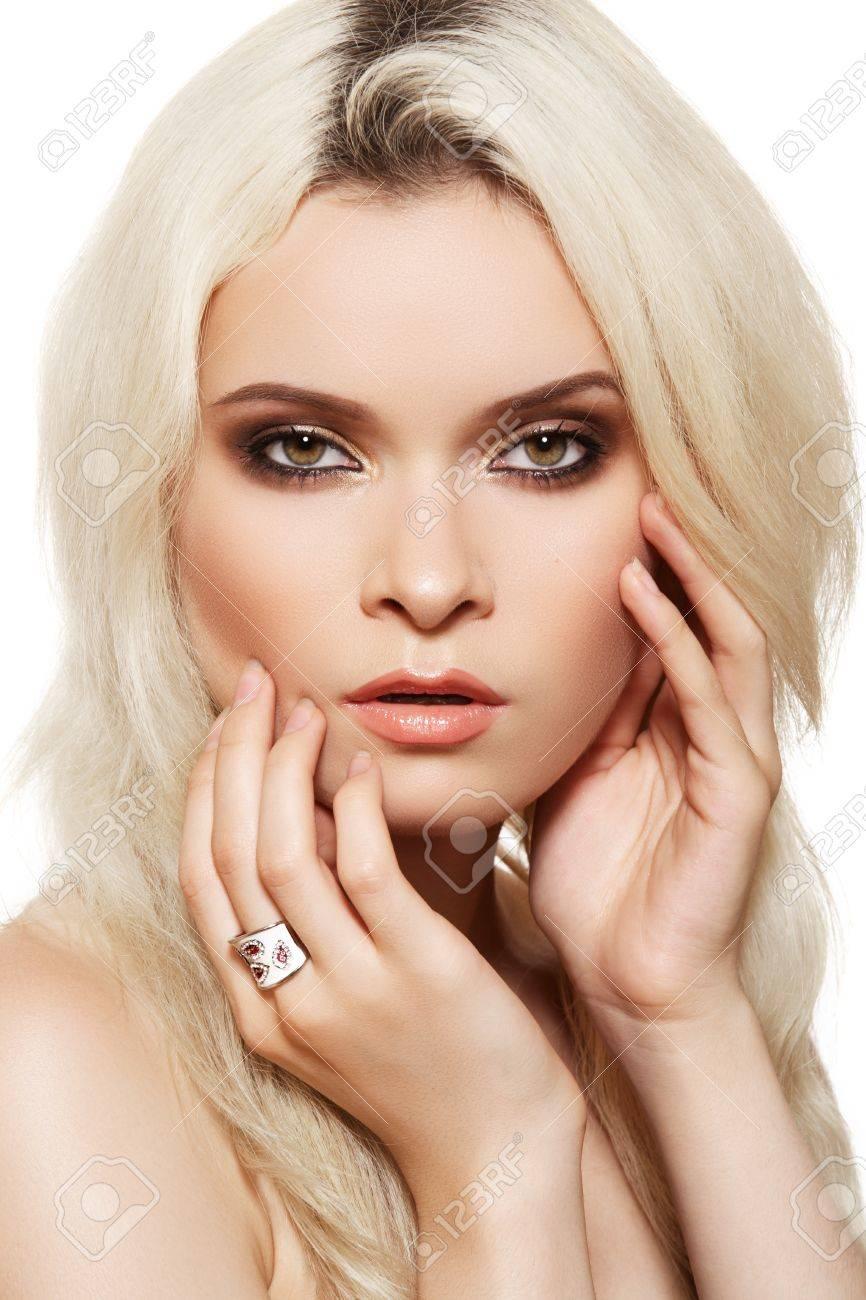 Banque d\u0027images , Beau modèle de femme blonde avec des yeux marron dégradé  anneau de maquillage et blanc sur fond blanc. Une élégance de style