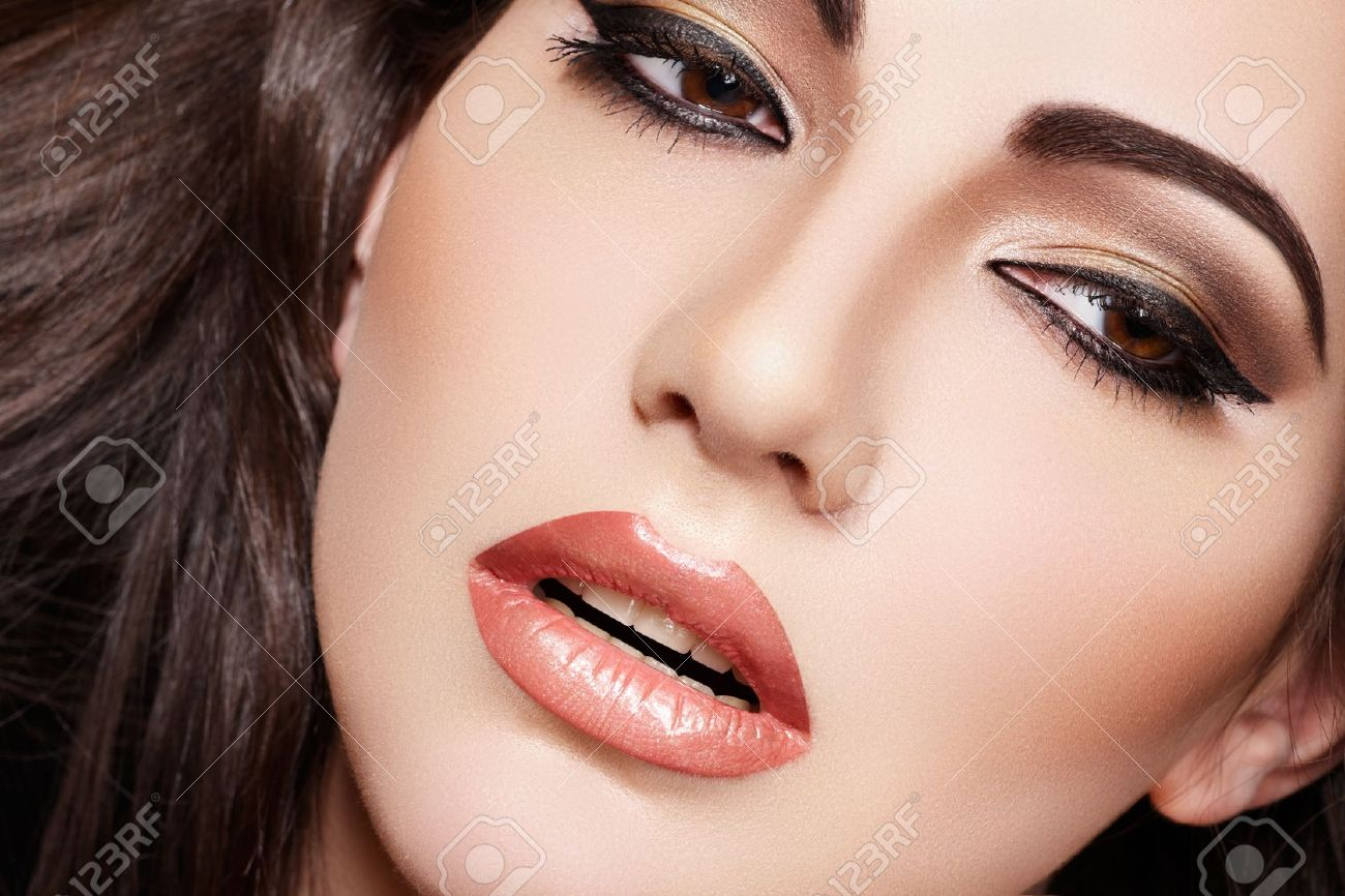 Oriental style. Sensual arabic woman model. Beautiful clean skin, saturated makeup. Bright eye make-up and dark eyeliner Stock Photo - 11572676