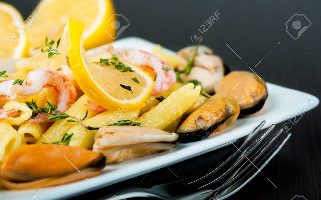pasta mit muscheln, garnelen und zitrone, mediterrane küche