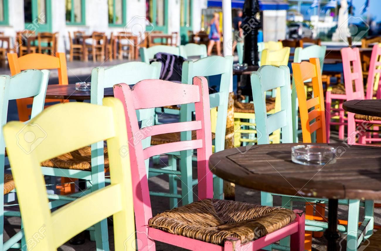 Ristoranti Isole Greche Con Tavoli E Sedie Colorate. Foto Royalty ...