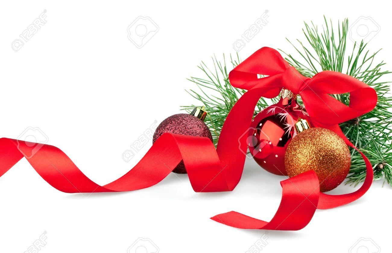 bolas de navidad con la cinta y el rbol de navidad en el fondo blanco foto