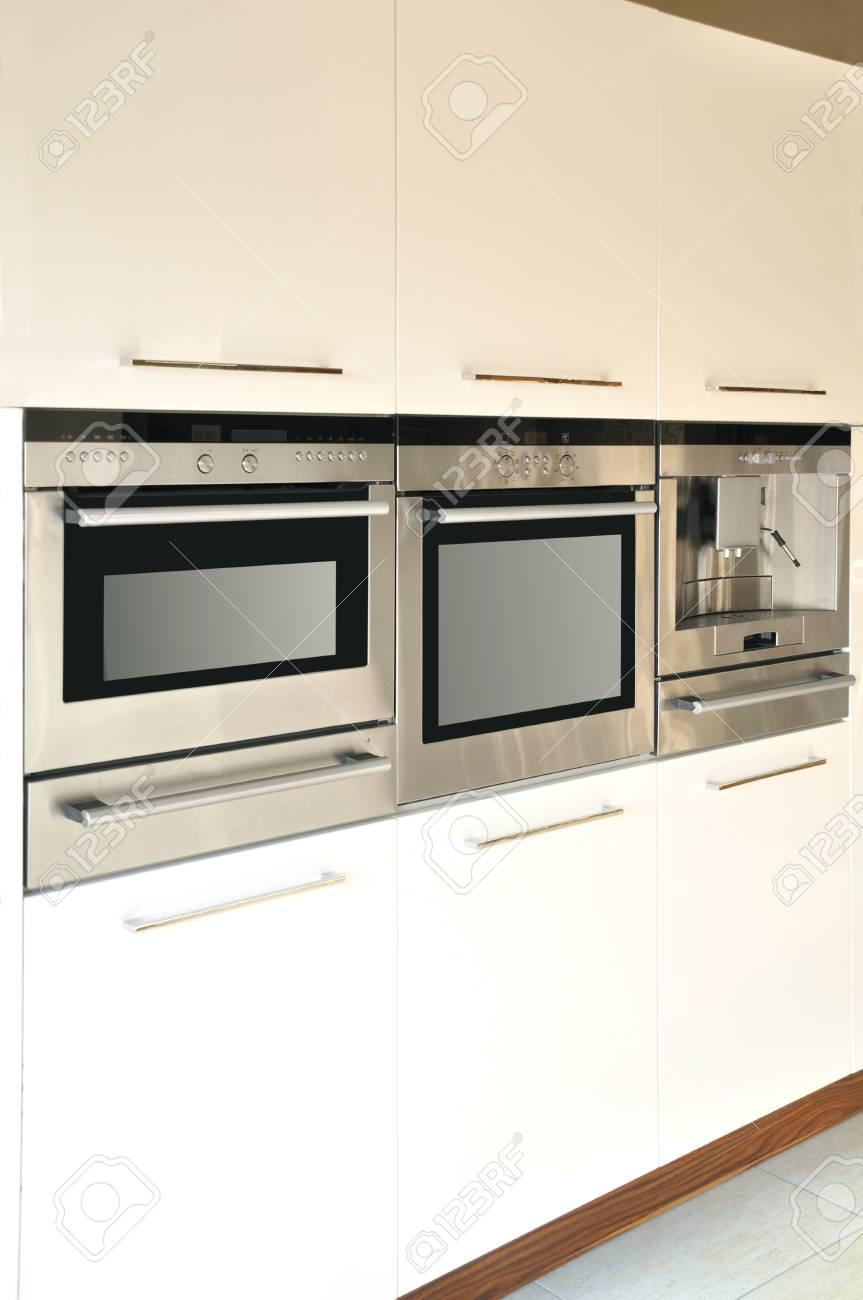 Mobili da cucina moderni e attrezzature