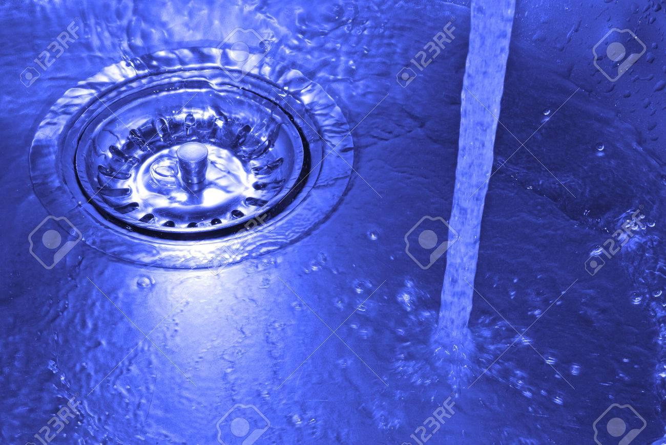 Spritzwasser In Küchenspüle Lizenzfreie Fotos, Bilder Und Stock ...