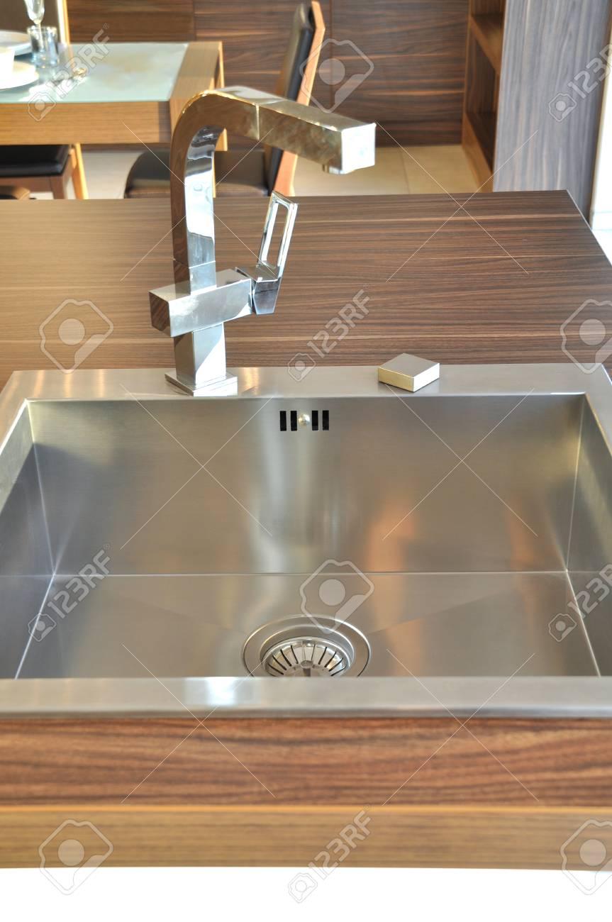 Gros plan d\'un évier dans une cuisine moderne