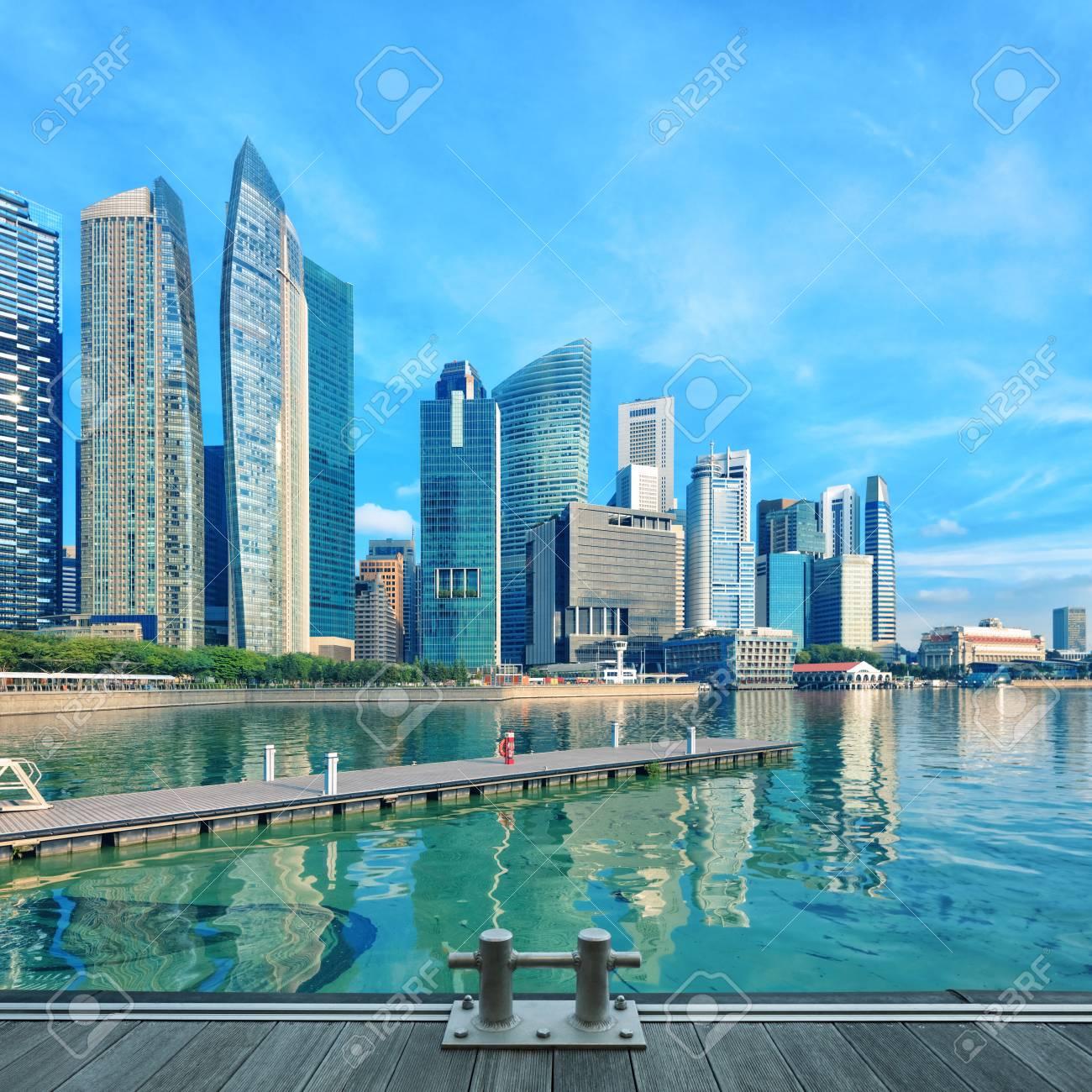 Muelle Central De Singapur Con El Agua En Primer Plano La Arquitectura Moderna De La Ciudad En Un Día Soleado Con Terrazas De Madera En Primer Plano