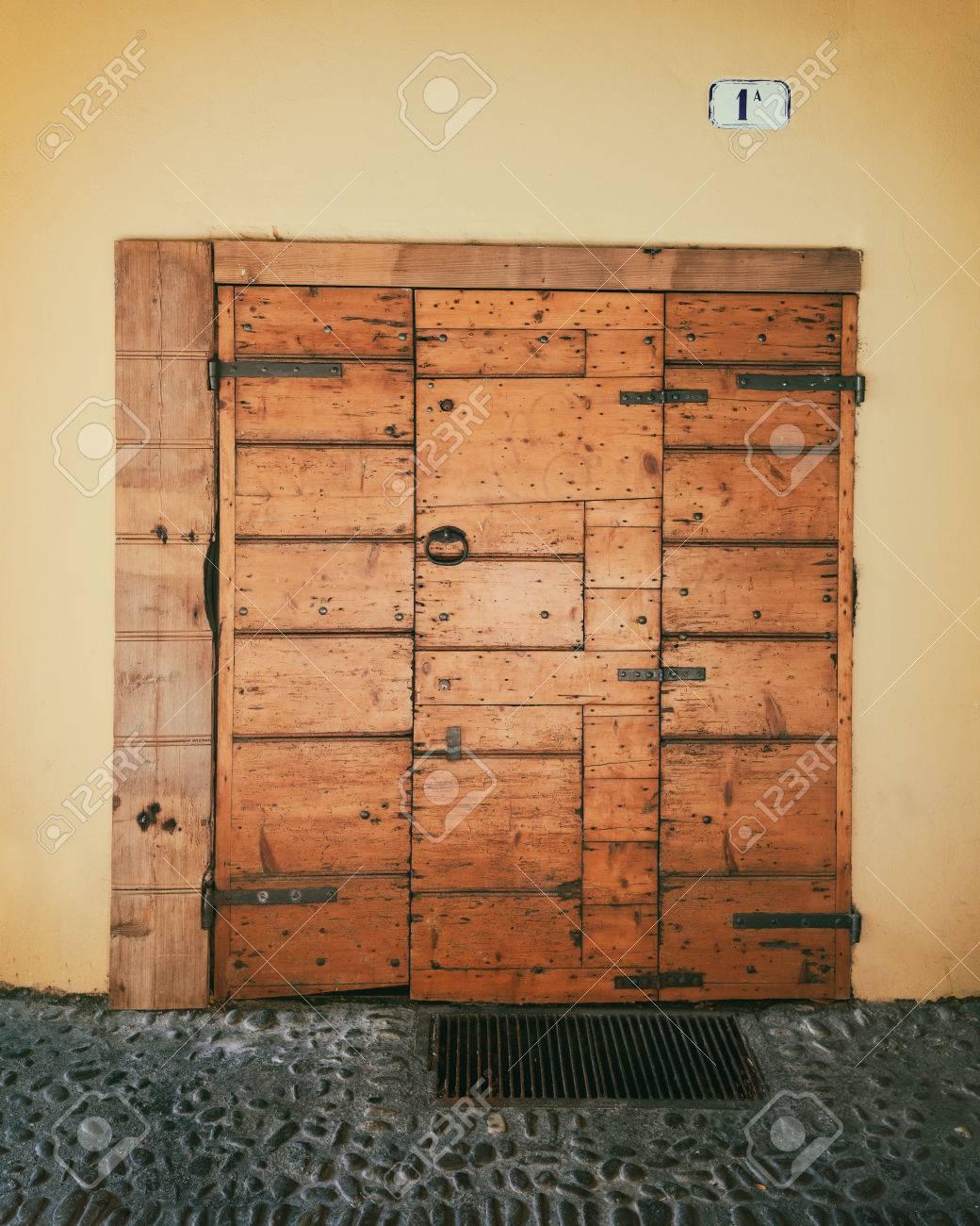 Porte Dentrée En Bois Ancienne Avec Fer Forgé Banque Dimages Et