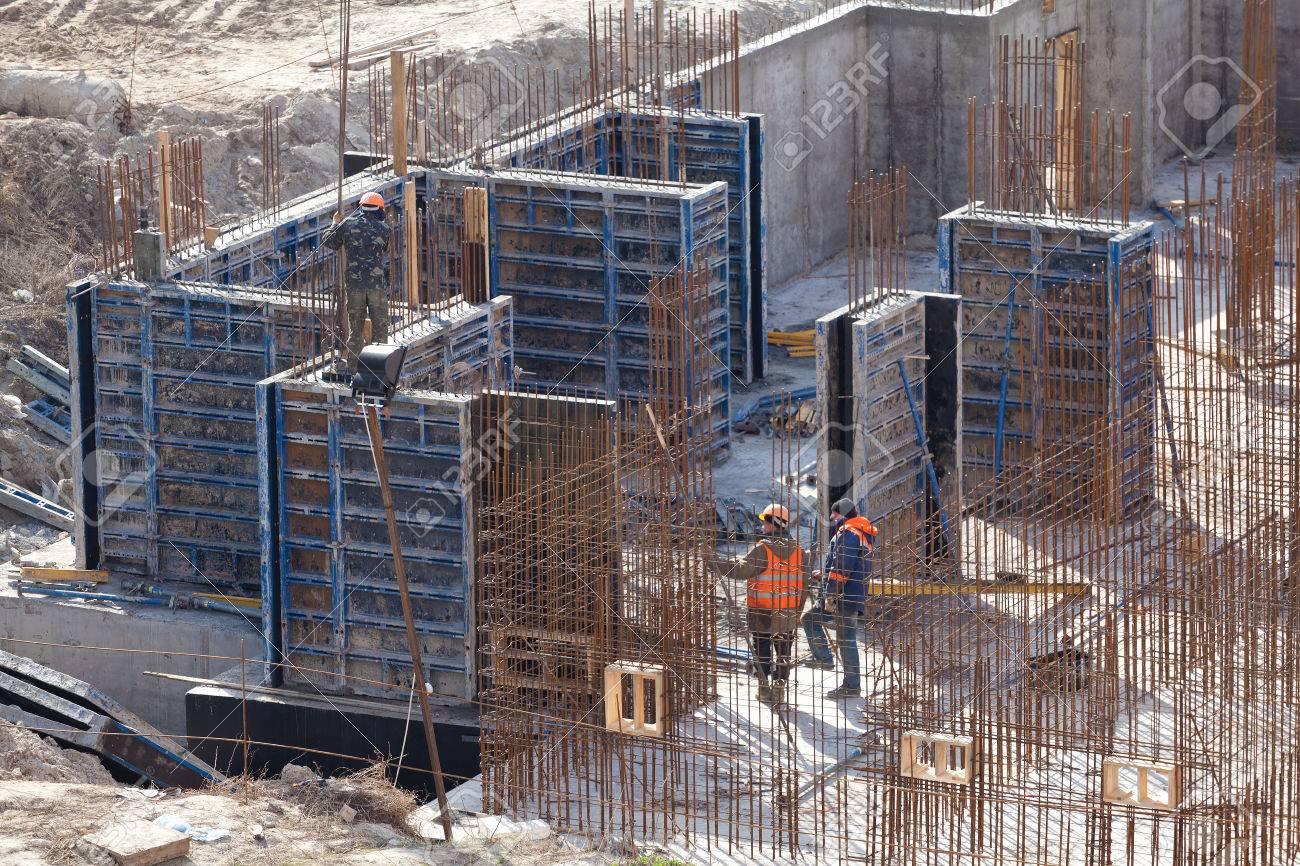 Monolithischen Rahmenkonstruktion Des Gebäudes. Massivwände Aus ...