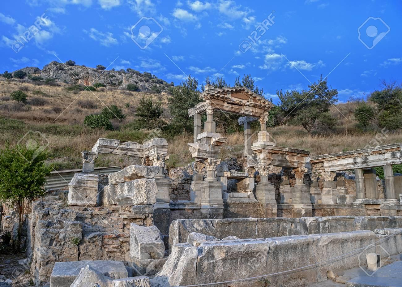 Adivina la ciudad 77188273-turqu%C3%ADa-las-ruinas-de-la-antigua-ciudad-de-%C3%89feso-fundada-en-el-siglo-xi-ac-