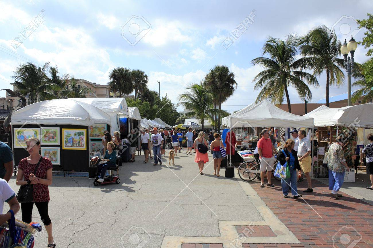 LAUDERDALE-BY-THE-SEA, FLORIDA - OCTOBER 28, 2012: Many people shopping at the outdoor annual craft festival where local artists display outside in Lauderdale-by-the-Sea, Florida. Stock Photo - 18614106