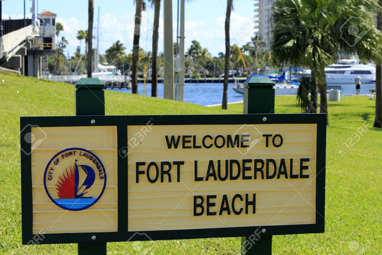FORT LAUDERDALE, FLORIDA - FEBRUARY 3  Welcome to Fort Lauderdale Beach sign in Merle Fogg   Idlewyld park near Las Olas Intracoastal waterway drawbridge on February 3, 2013 in Ft Lauderdale, Florida Stock Photo - 24484230