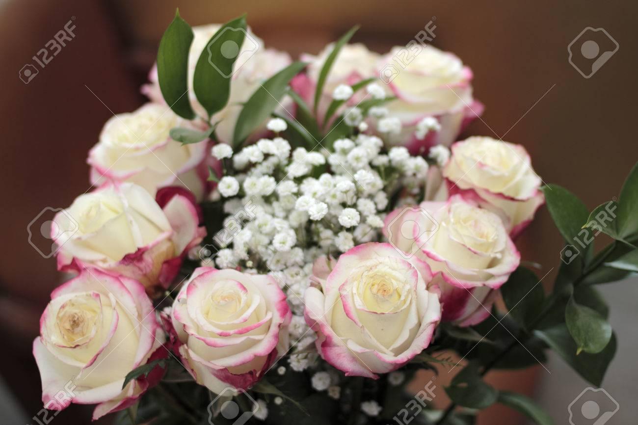 Hermoso Ramo De Rosas Blancas Con Pequeñas Cantidades De Color Rosa Rojo Los Bordes Close Up Arreglo Floral De Rosas Rosas Blancas El Aliento Y Las