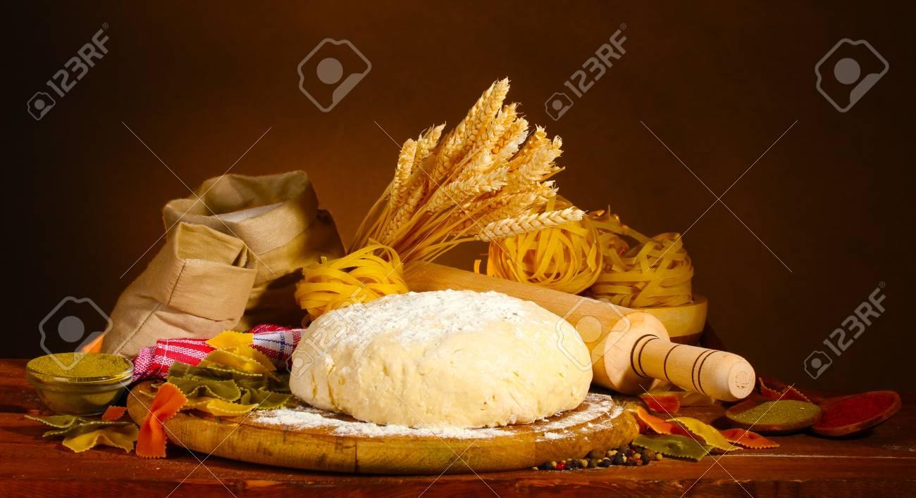 Ingredienti Per La Pasta Fatta In Casa Su Tavola Di Legno Su Sfondo