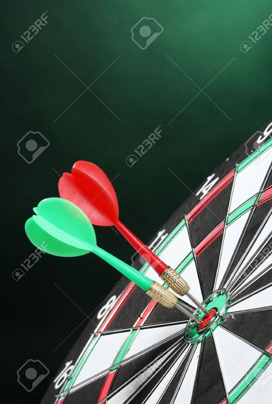 緑色の背景でダーツとダーツボード の写真素材 画像素材 Image 13085250