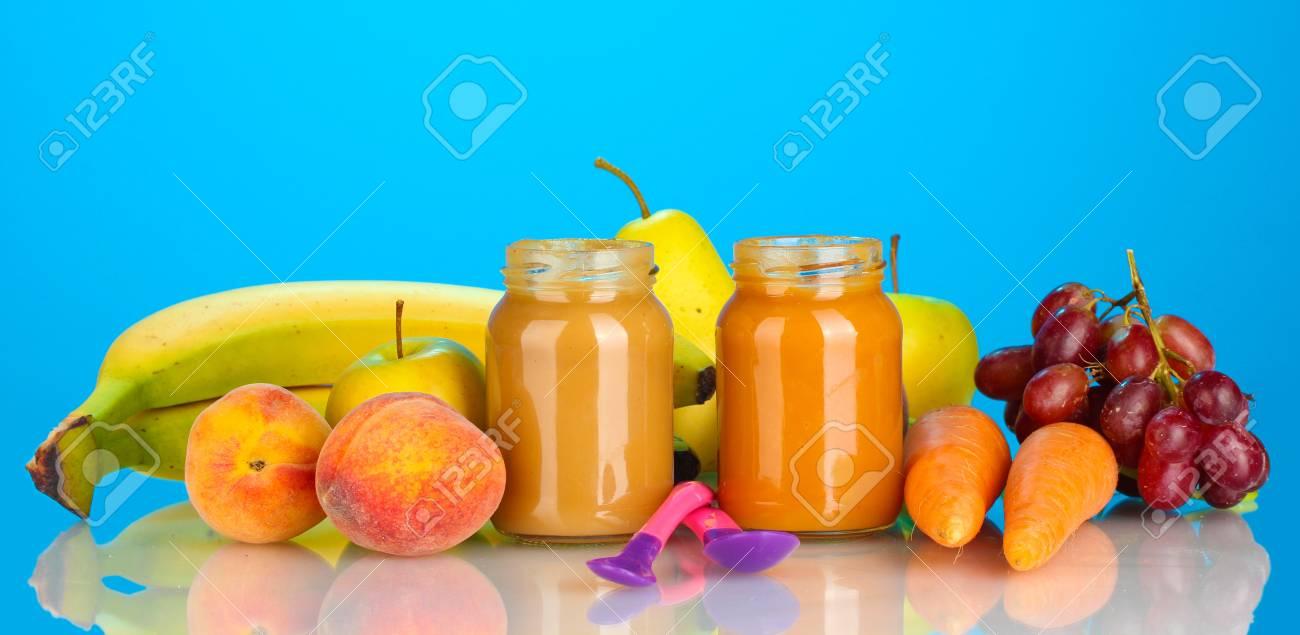 Tarros con frutas y alimentos para bebés y verduras frutas y verduras en el fondo colorido Foto de archivo - 14070154