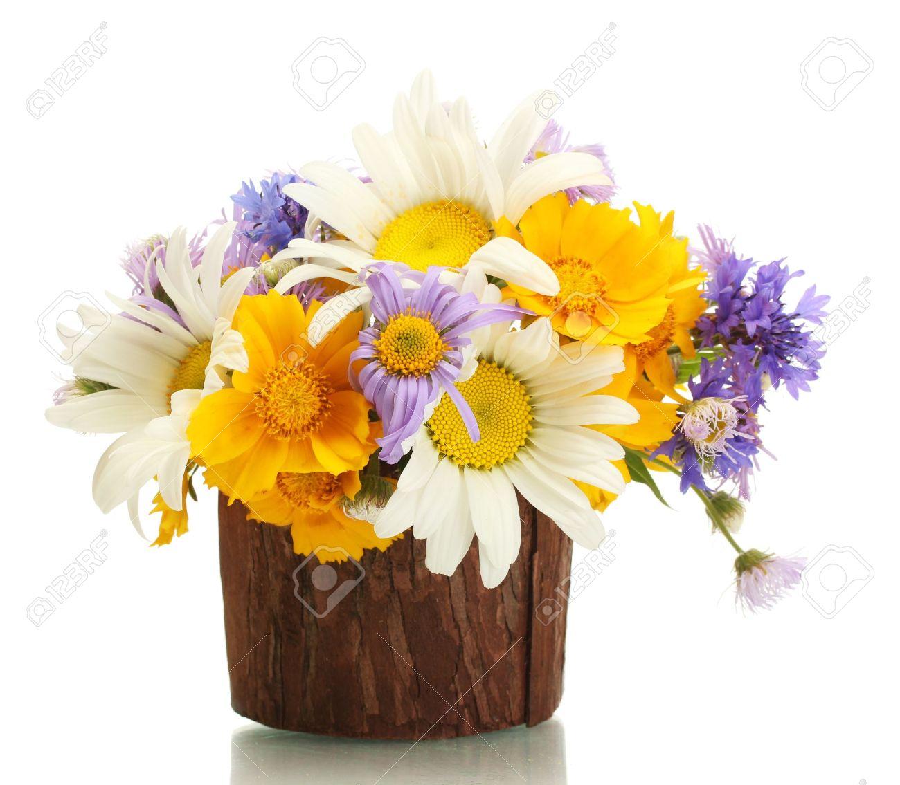 beau bouquet de fleurs lumineux en pot de fleurs en bois, isolé sur blanc  Banque