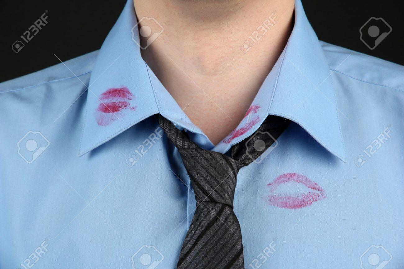 Lápiz Labial Beso En El Cuello De La Camisa Del Hombre, En