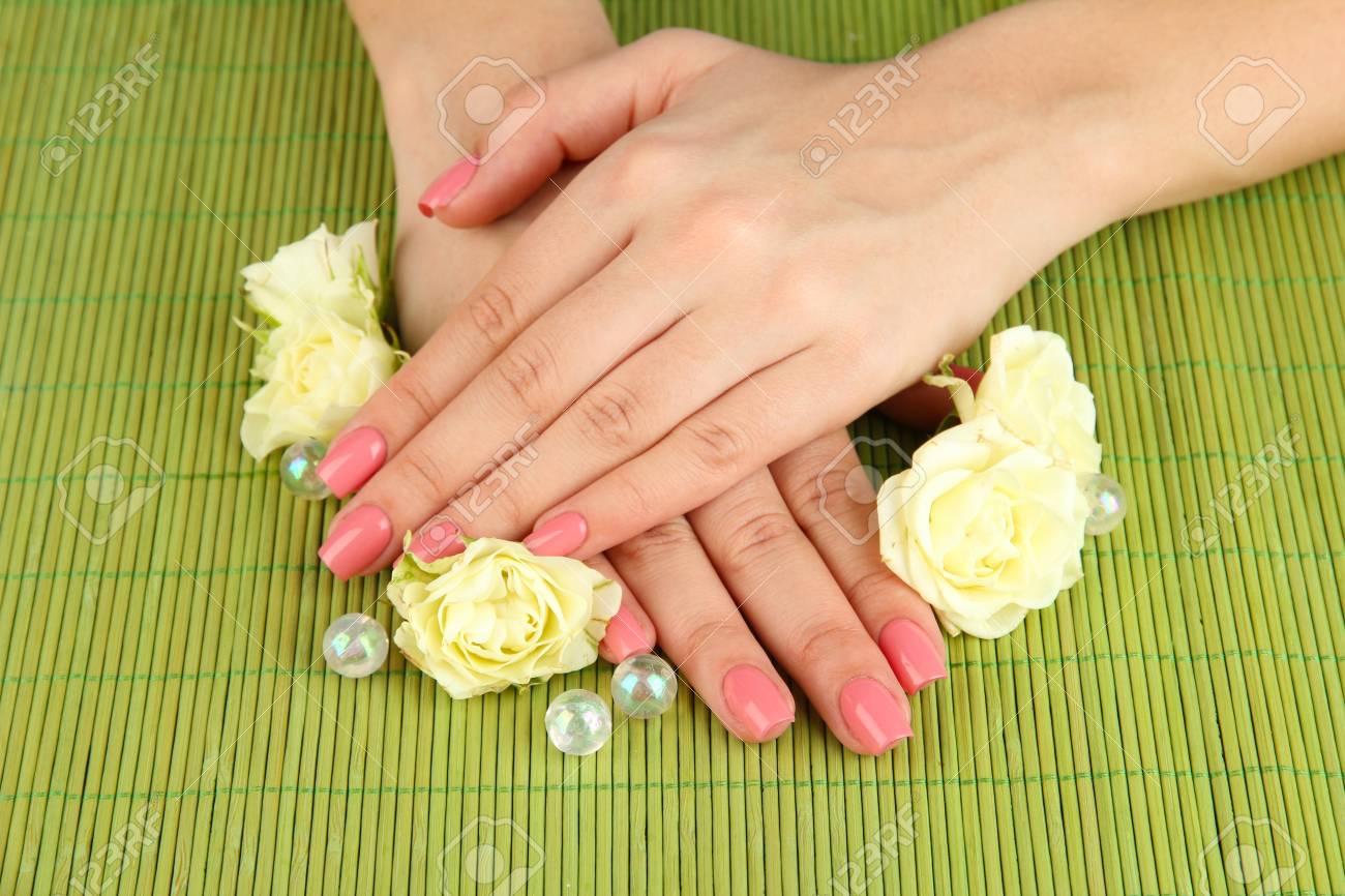Immagini Stock Mani Di Donna Con Manicure Rosa E Fiori Su Sfondo