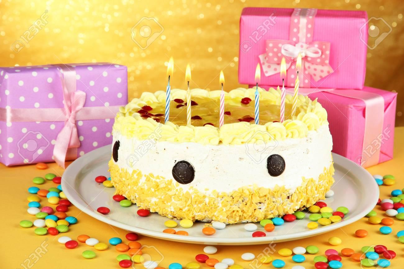 Happy Birthday Cake Und Geschenke Auf Gelbem Hintergrund Standard Bild
