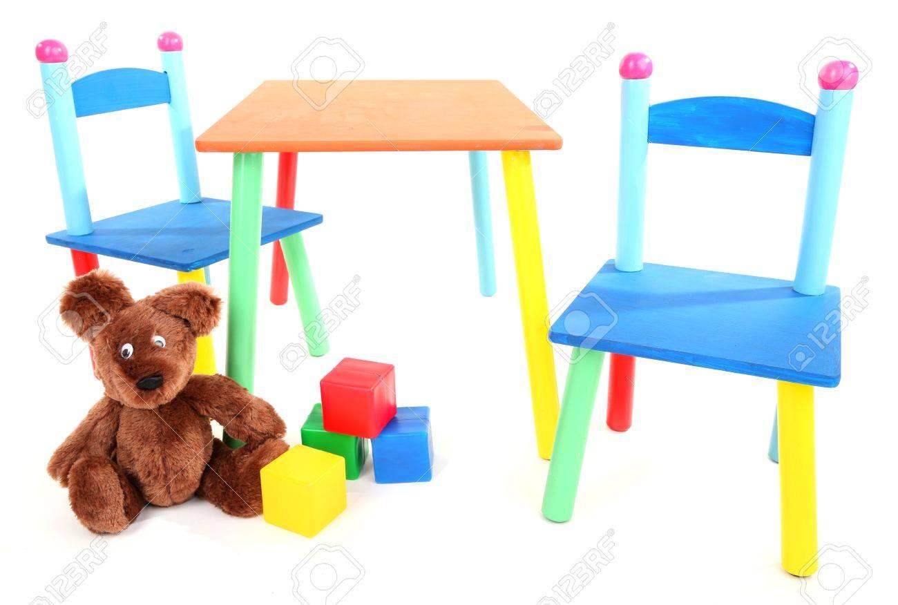 Piccolo e colorato tavolo e sedie per bambini piccoli isolati su