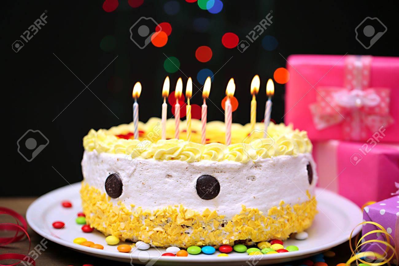 Happy Birthday Cake Und Geschenke Auf Schwarzem Hintergrund Standard Bild