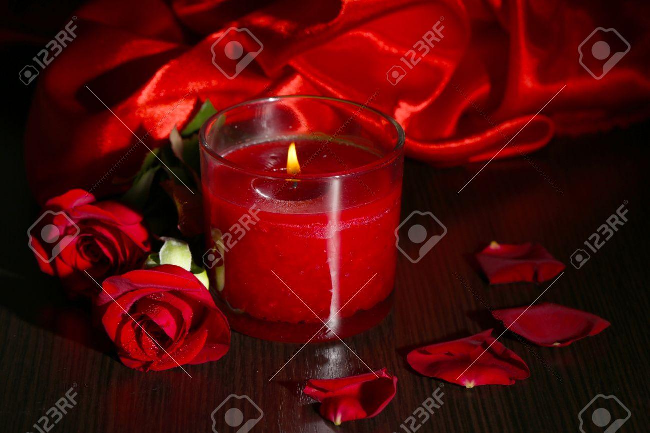 Belle Bougie Rouge Romantique Avec Des Fleurs Et Des Tissus De Soie