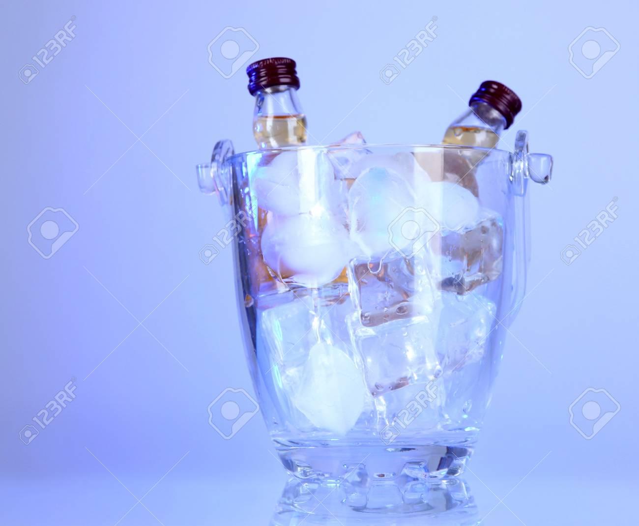 Minibar Flaschen In Eimer Mit Eiswürfeln, Auf Farbigem Hintergrund ...
