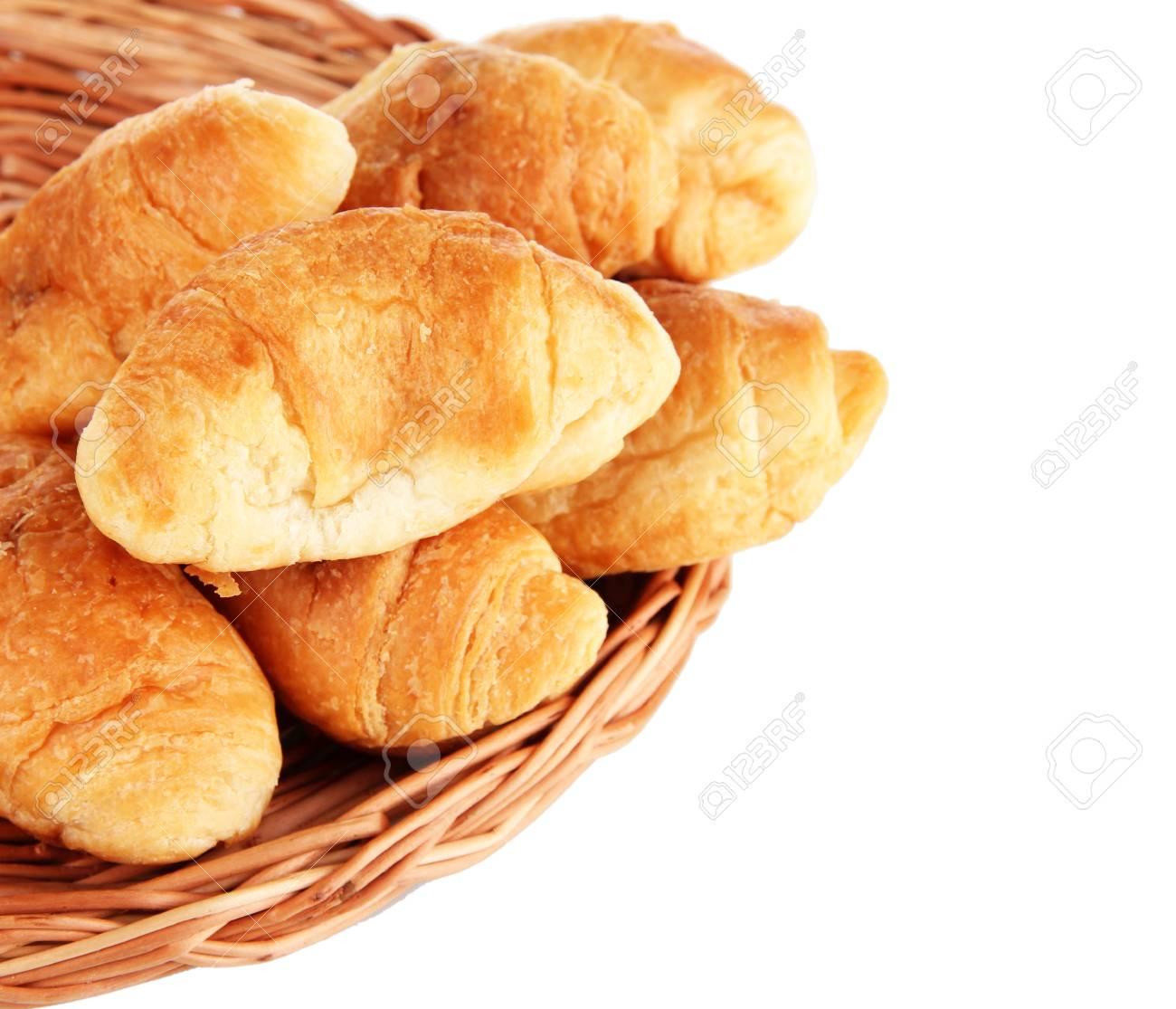 Leckere Croissants Auf Weidenmatte Isoliert Auf Weiss Lizenzfreie