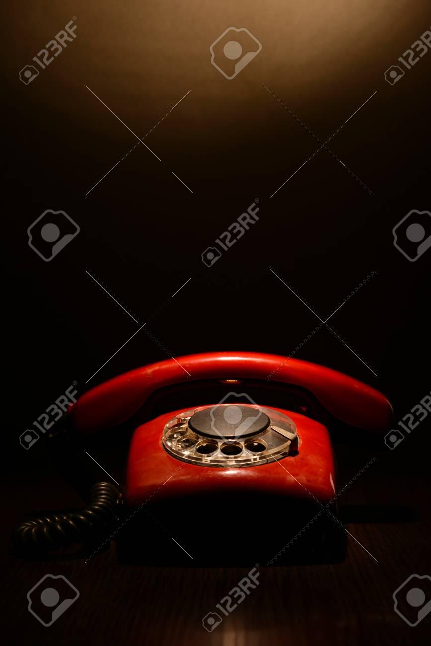 Immagini Stock Red Telefono Retrò Su Sfondo Scuro Image 23943070