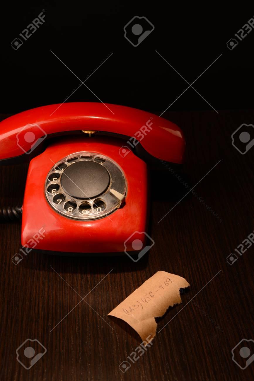 Immagini Stock Red Telefono Retrò Su Sfondo Scuro In Legno Image