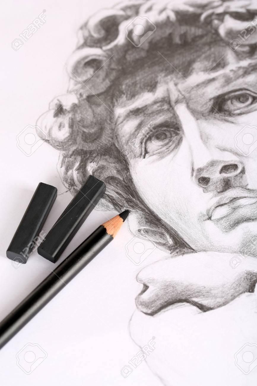 Carboncillos De Dibujo Negro Y Lápiz Sobre La Imagen Aislados En Blanco