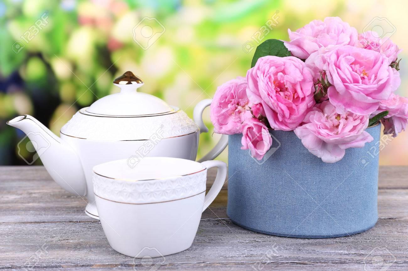 Petit-déjeuner De Thé Avec La Théière De Frais Roses De Jardin Rose ...