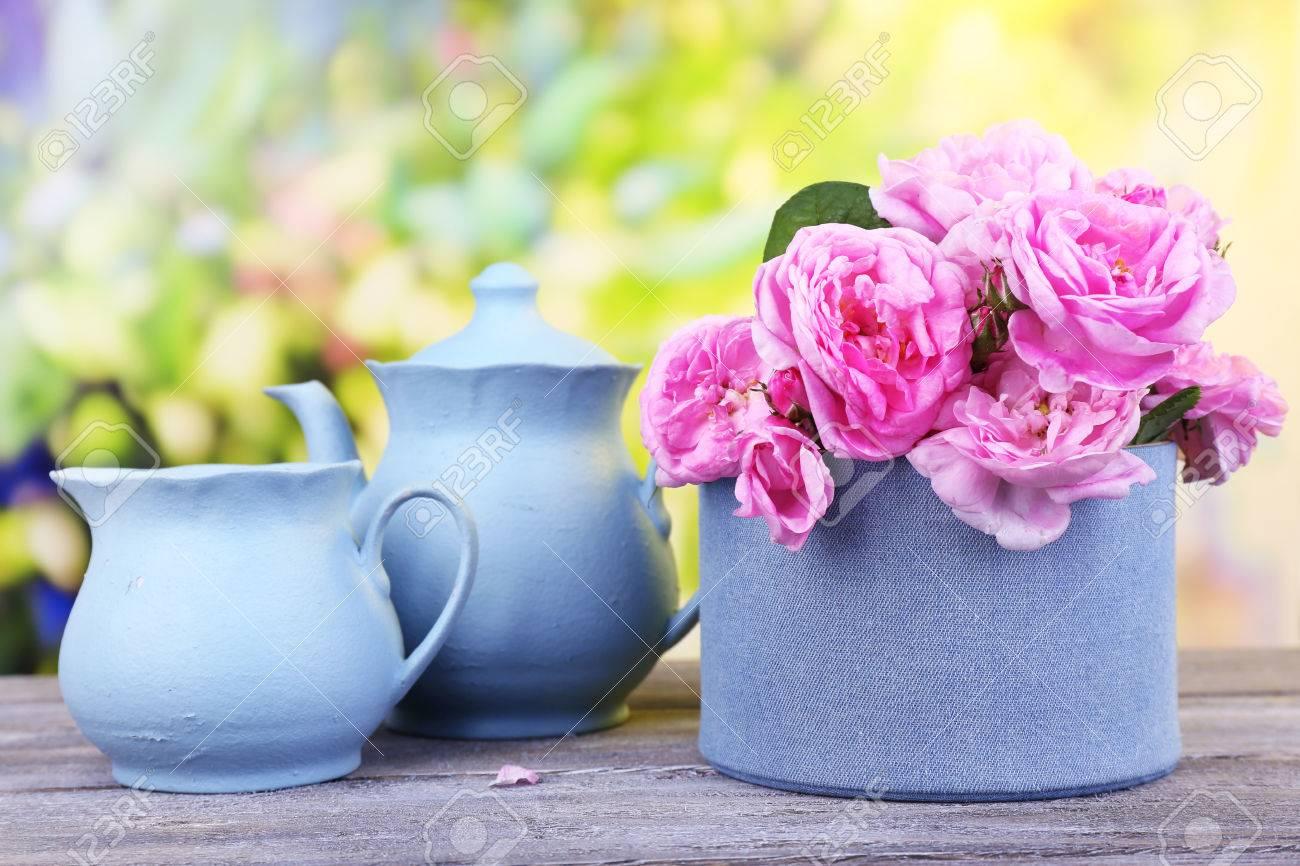 Petit Déjeuner Thé Avec Une Théière De Frais Roses De Jardin Roses ...