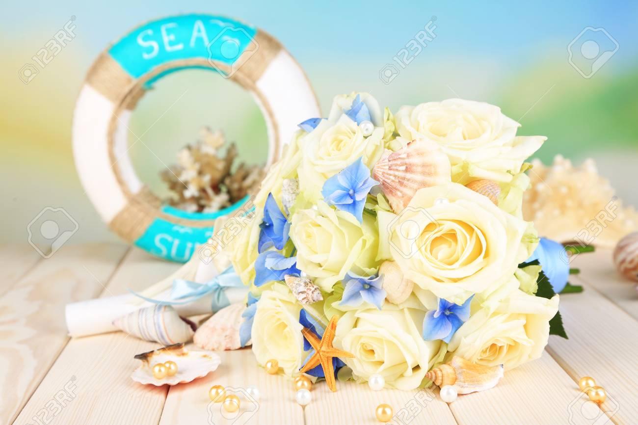 Schone Hochzeitsstrauss Mit Rosen Auf Holztisch Auf Die Natur