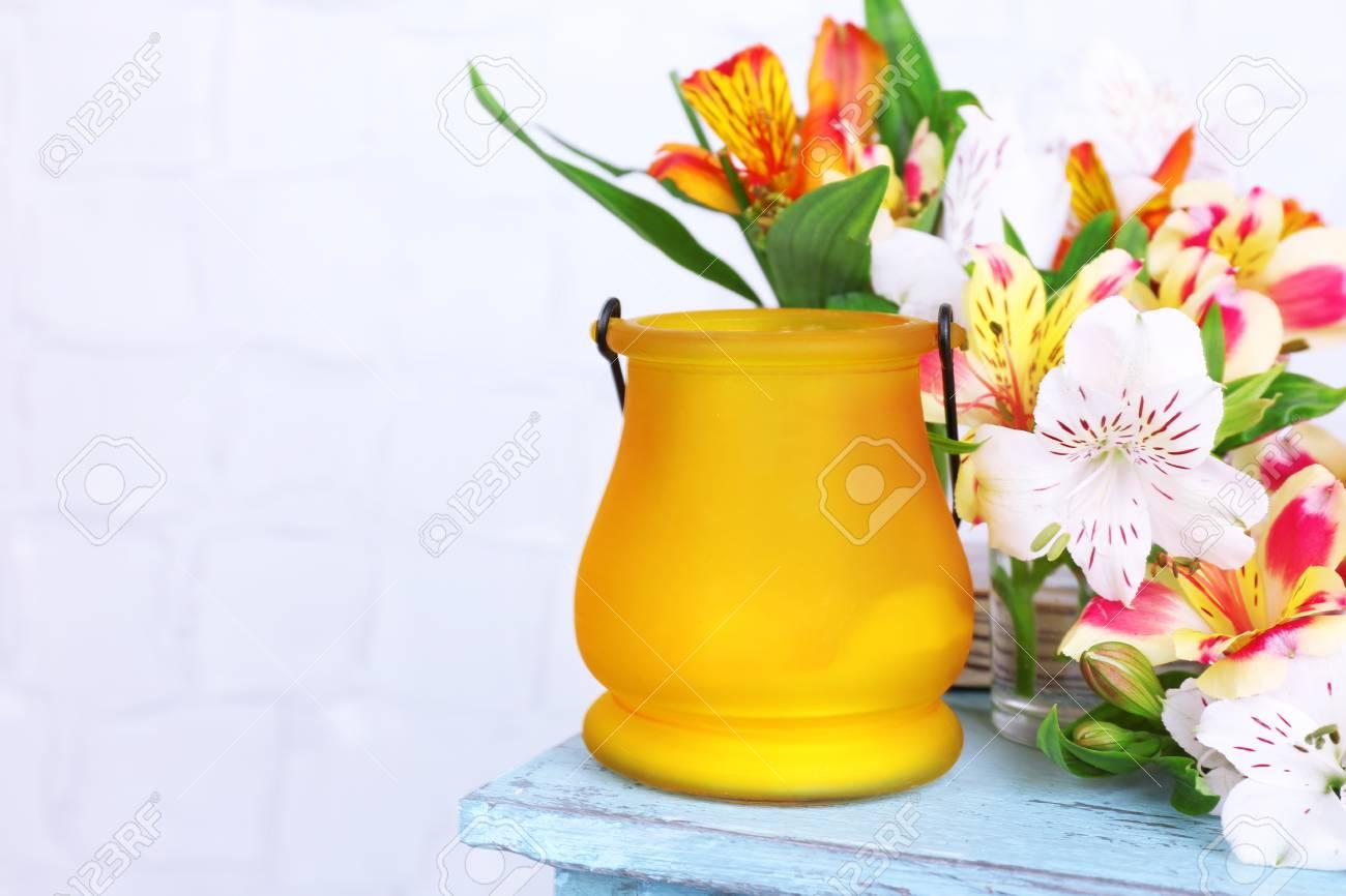 Lumineux Icone Lampe Avec Des Fleurs Sur Support En Bois Sur Fond
