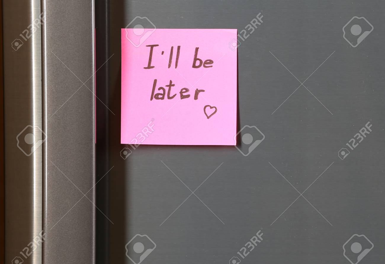 Kühlschrank Pink : Hinweis auf stück papier auf kühlschrank nahaufnahme lizenzfreie