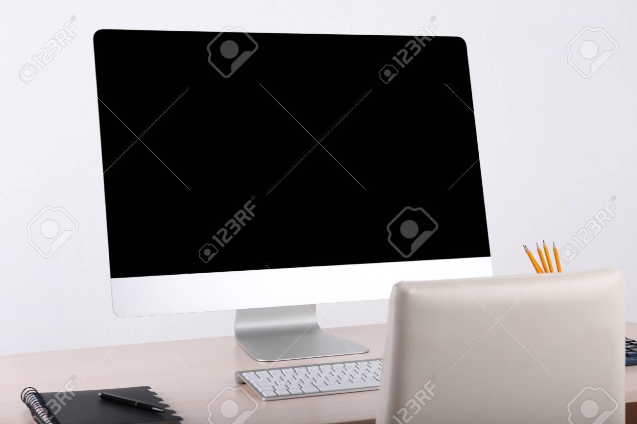 Travail de bureau avec ordinateur moderne banque d images et