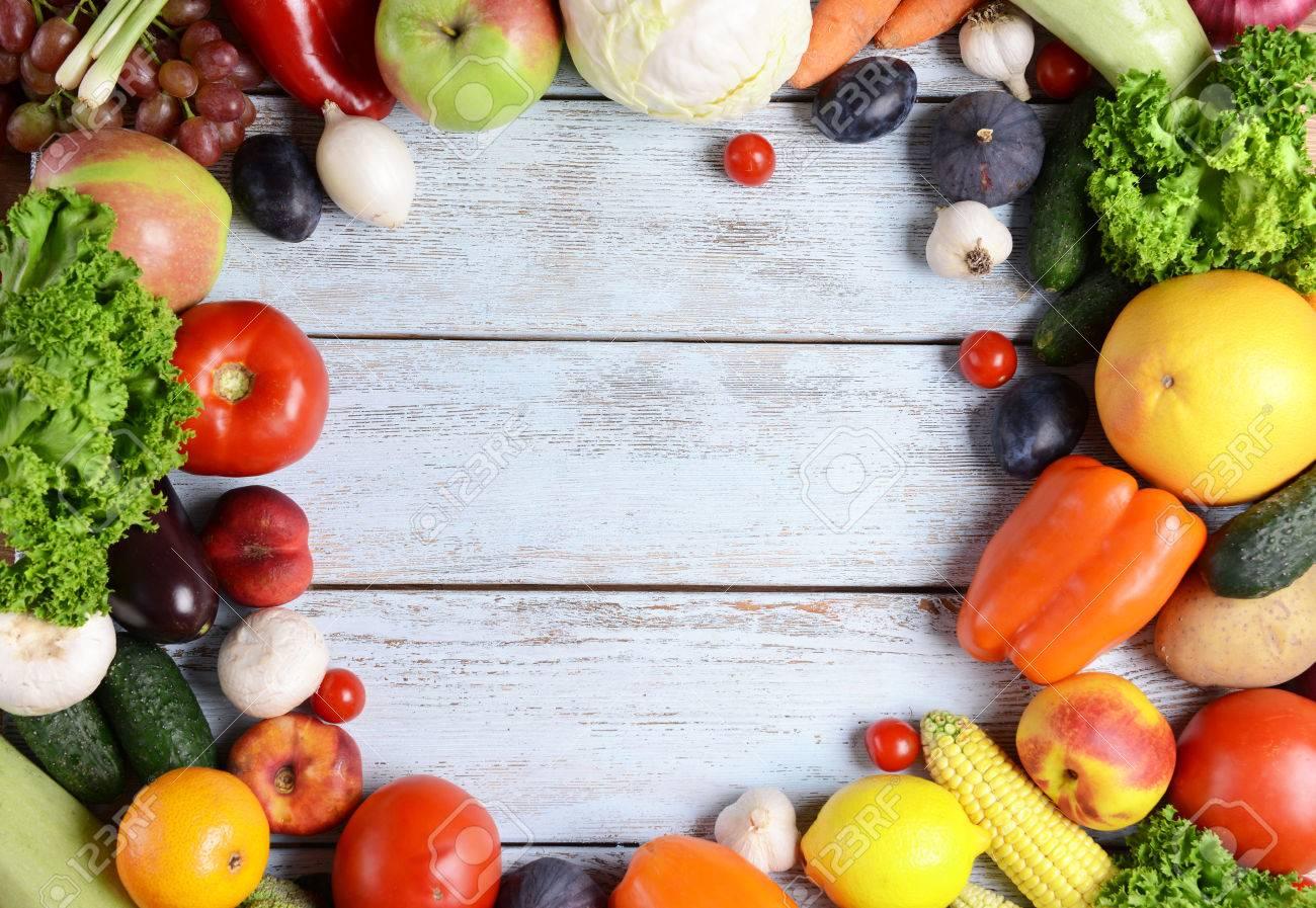 093c0726b7ab Frutas orgánicas y verduras frescas sobre fondo de madera